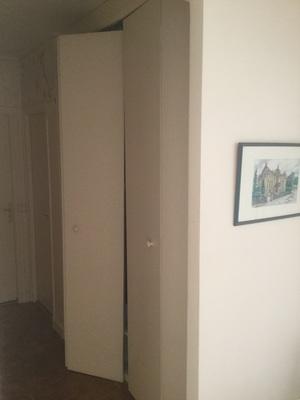 r parer une porte de placard pliante d boit paris 5 me r paration de meubles proposez vos. Black Bedroom Furniture Sets. Home Design Ideas