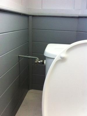 installer une douchette wc dans un sanitaire la romagne bricolage proposez vos services. Black Bedroom Furniture Sets. Home Design Ideas