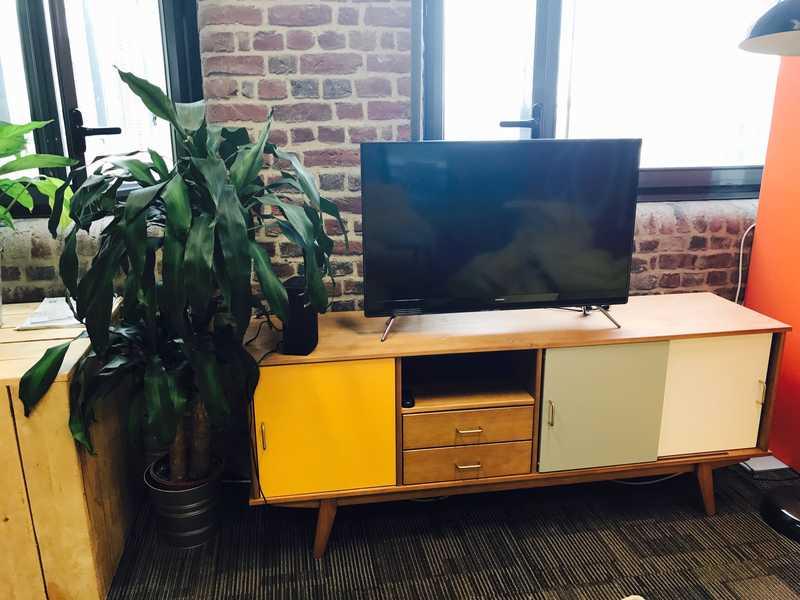 Réalisation Jobber : le montage d'un meuble scandinave dans les bureaux de Frizbiz