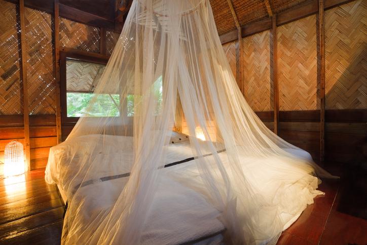 Comment fixer une moustiquaire de lit ?