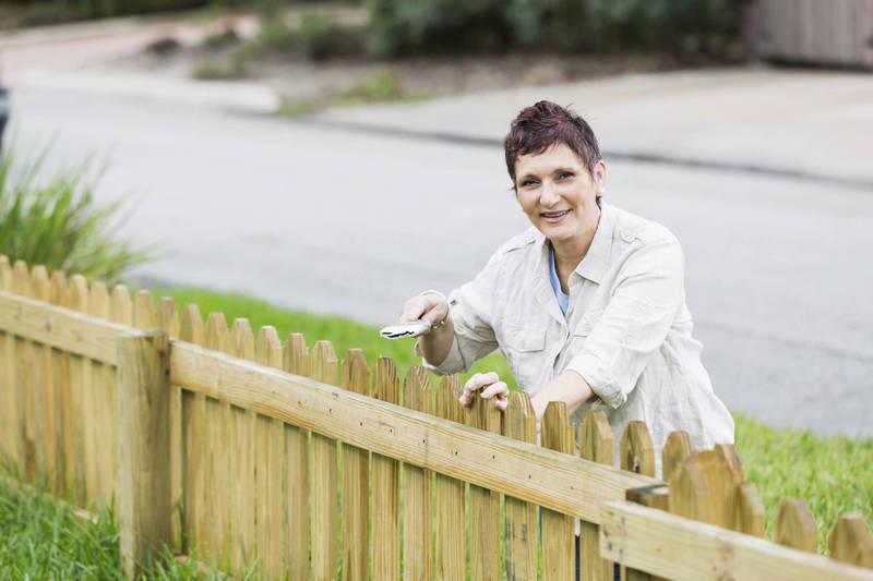 Posez une clôture en bois dans votre jardin avec Frizbiz