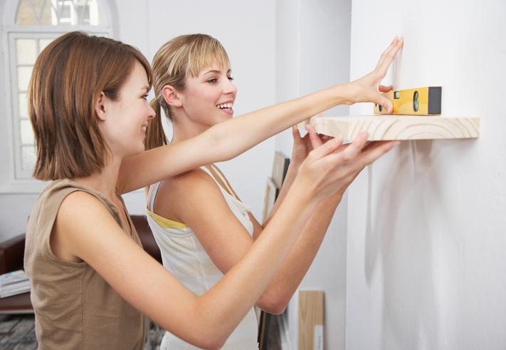 Comment fixer une étagère sans percer ?