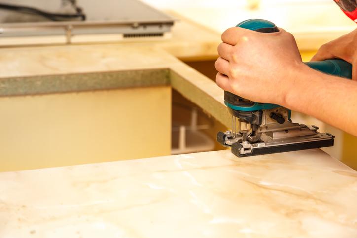 Comment encastrer une plaque de cuisson dans un plan de travail ?