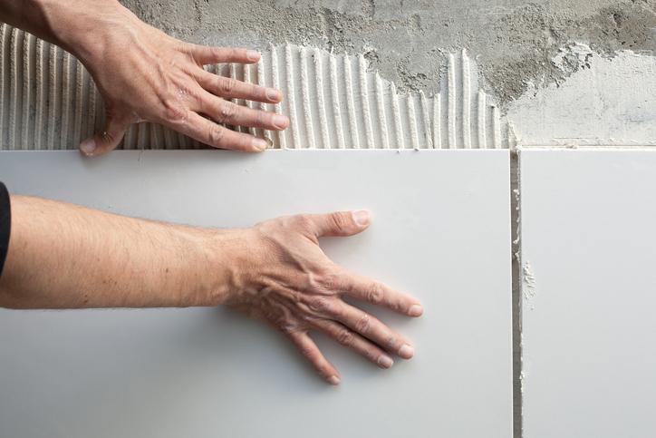 Comment poser un carrelage mural ?