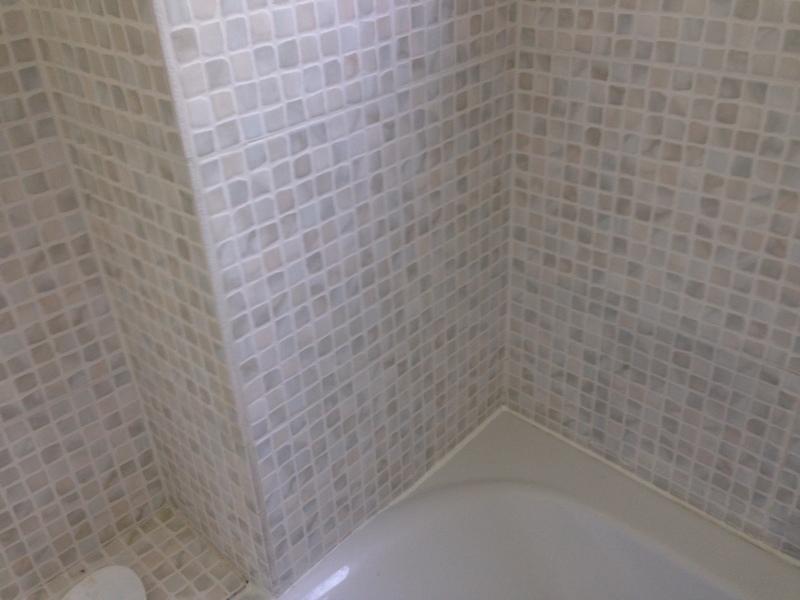 poser du carrelage sur le mur d 39 une salle de bains 5m2 la celle saint cloud pose et retrait. Black Bedroom Furniture Sets. Home Design Ideas