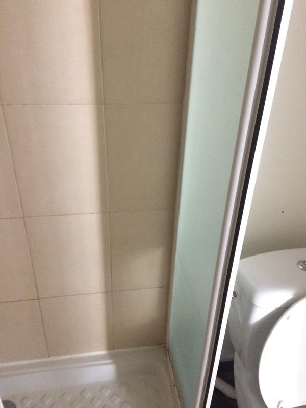Enlever et refaire les joints silicone de douche et pare - Comment enlever joint silicone salle de bain ...